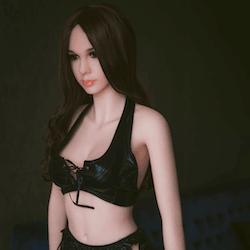 Christina mit langen, schwarzen Haaren