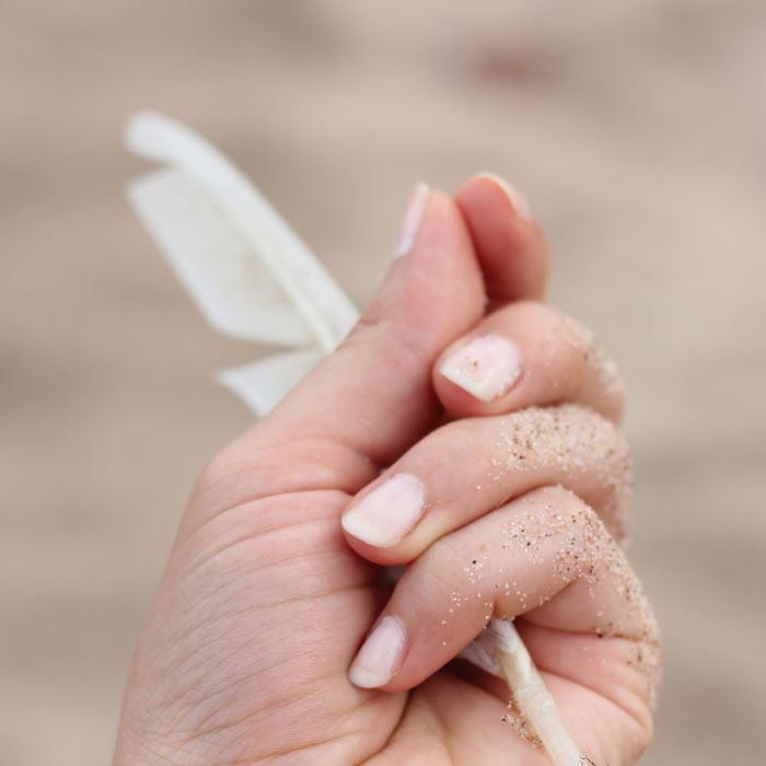 Weibliche Hand mit Feder